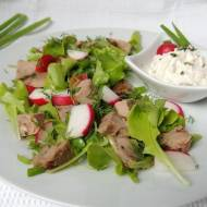 Sałatka ze świeżych warzyw z nogą kaczki (pieczonym kurczakiem, mięsem z obiadu, zupy itp)