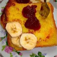 Szybkie, słodkie śniadanie. Francuskie tosty z dżemem i bananem.