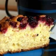 Jogurtowe ciasto z owocami i płatkami owsianymi