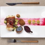 Pieczony dorsz w szynce parmeńskiej z fioletowymi kulkami, pieczonym burakiem, marchewką, marynowanym agrestem na słodko kwaśno