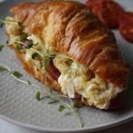 Croissant z jajecznicą i chorizo