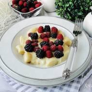 Kopytka serowe z sosem budyniowym i owocami