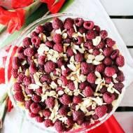Torcik z białą czekoladą i malinami