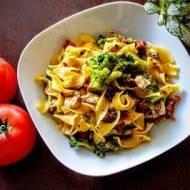 Makaron z brokułami i suszonymi pomidorami