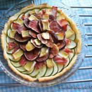Tarta z ciasta francuskiego z figą, boczkiem, cukinią i serem camembert