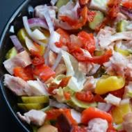 Pikantna sałatka z marynowanymi warzywami i wędzonym kurczakiem