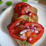 Tost z awokado i pomidorem