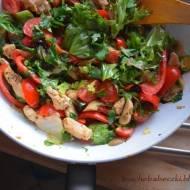 Warzywa na ciepło z indykiem i sosem winegret