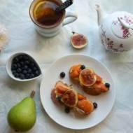Pyszne śniadanie na niedzielę – słodka chałka z kozim serem, morelami i figą