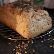 Chleb razowy z ziarnami pieczony w piekarniku