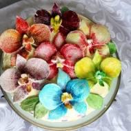 Tort z kremami mascarpone i maślanym ozdobiony storczykami z plastycznej masy cukrowej