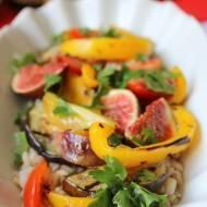 Sałatka z pęczakiem i grilowanymi warzywami w towarzystwie fig