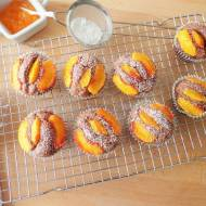Kakaowe muffiny z brzoskwiniami (Muffin al cacao e pesche)