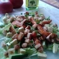 Sałatka z awokado, kurczakiem i sosem musztardowym