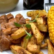 Gulasz, pieczone ziemniaki i kukurydza
