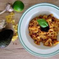 Makaron z pesto z awokado, bazylii i suszonych pomidorów