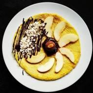 Omlet cynamonowy z powidłami śliwkowymi, czekoladą i jabłkami