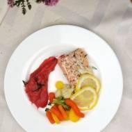 Pieczony łosoś z buraczano-ziemniaczanym puree i warzywami gotowanymi na parze