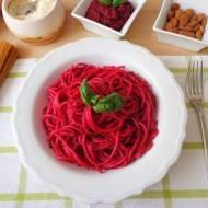 Spaghetti z pesto z buraków (Spaghetti con pesto di barbabietole)