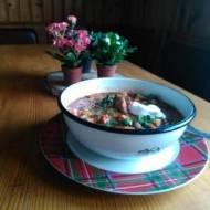 zupa gulaszowa z mięsa wołowo-wieprzowego z lanymi kluseczkami