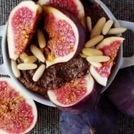 Korzenny deser z quinoy ze świeżymi figami i orzeszkami piniowymi