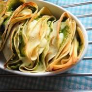 Naleśniki zapiekane z pesto z bazylii i rukoli z dodatkiem mozzarelli i oliwek