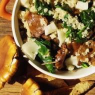 Quinoa z łuskwiakiem nameko, szpinakiem i kozim serem