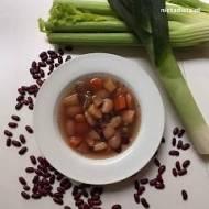 Wegańska zupa fasolowa z warzywami