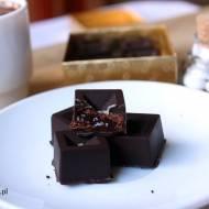 Ręcznie robione czekoladki z nadzieniem chałwowym, truflowym lub śliwkowym