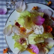 Delikatna sałatka z płatkami róż i eksandowaną quinoą