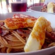 Greckie inspiracje: Makaron z bakłażanem, oliwkami, sosem pomidorowym i smażonym serem halloumi