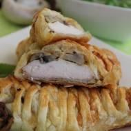 Piersi z kurczaka w cieście francuskim nadziane pieczarkami i cebulką