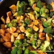 Dietetyczny kurczak z brokułem i cukinią