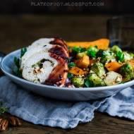 Faszerowana pierś z indyka z pieczonymi warzywami i sosem