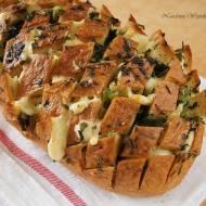 Chleb nacinany z serem, czosnkiem i ziołami