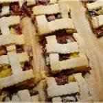 Kruche ciasto ze śliwkami, ananasem i żurawiną