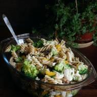 Zapiekanka makaronowa z brokułem, kurczakiem i pieczarkami