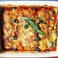 Zapiekany bakłażan z cukinią, ziołami, parmezanem i mozzarellą w czosnkowym sosie pomidorowym