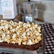 Brownie z popcornem w solonym karmelu