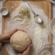 Jak zrobić ciasto do pizzy z mąką pełnoziarnistą i ziarnami? Pizza pełnoziarnista