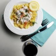 Makaron z sosem śmietanowym z łososiem i cukinią