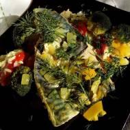 Jesiena rybka gotowana w  warzywnej parze.
