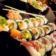 Sushi: futomaki z tuńczykiem i łososiem