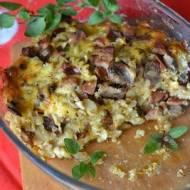 Makaronowa zapiekanka z kiełbasą i pieczarkami