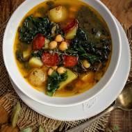Zupa z jarmużem, ciecierzycą i chorizo