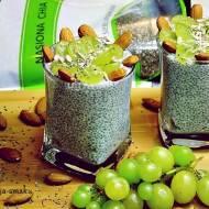 Deser z nasionami Chia migdałami i winogronem