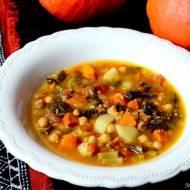 Zupa dyniowa z jarmużem i ciecierzycą