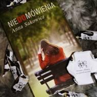 Niedomówienia - Anna Sakowicz - o czytaniu siebie i zapachu słów.