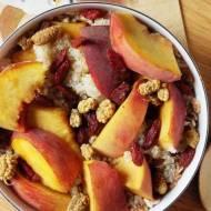 Śniadaniowa quinoa z brzoskwinią i suszonymi owocami