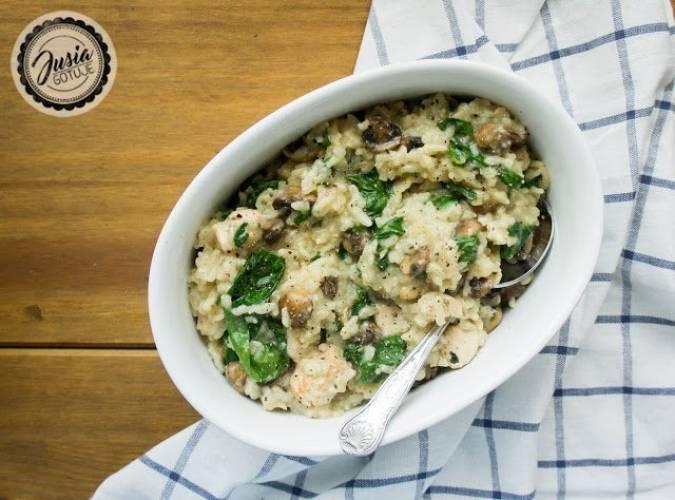 Pieczone risotto z kurczakiem, grzybami i szpinakiem.